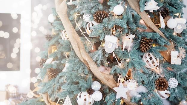 Gedecoreerde kerstboom op wazig, sprankelende en fee lichte achtergrond.