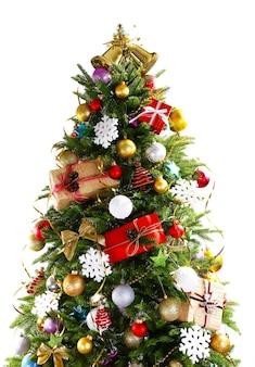 Gedecoreerde kerstboom op wit wordt geïsoleerd