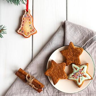 Gedecoreerde kerstkoekjes op witte houten achtergrond