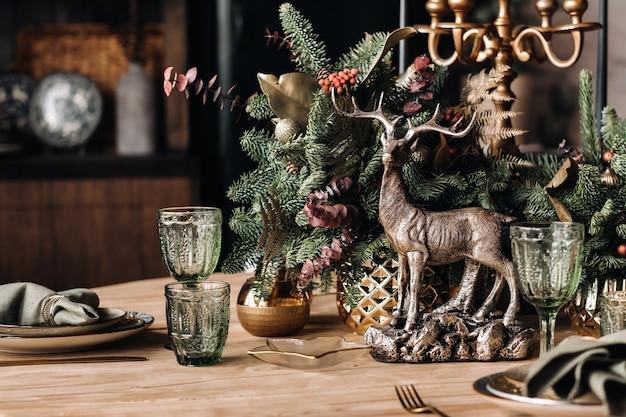 Gedecoreerde kersttafel met schalen en decoratief hert
