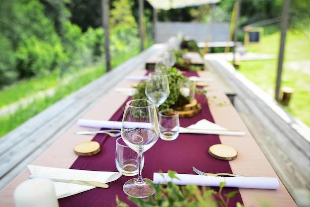 Gedecoreerde trouwtafel met kaarsen in de tuin