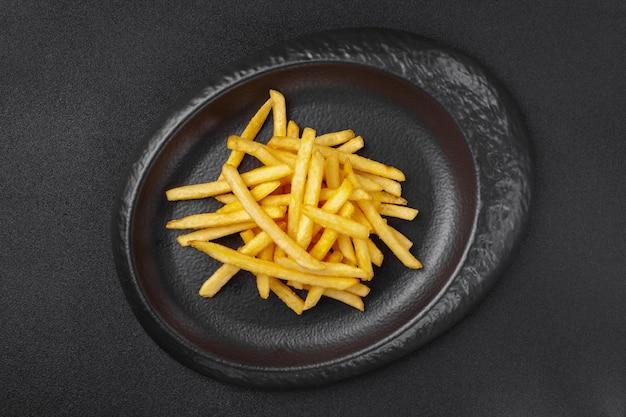 Gedeelte van bijgerecht in grijze plaat - knapperige vette frietjes