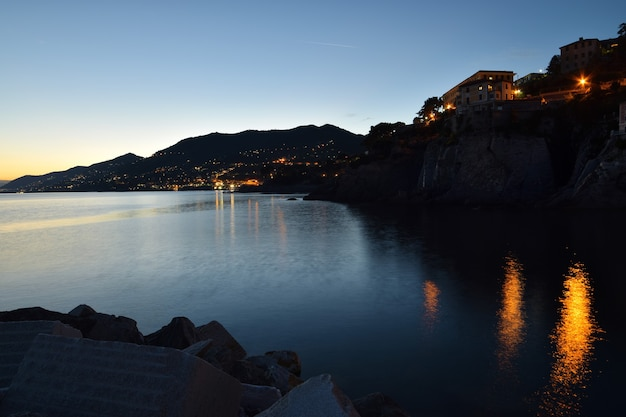 Gedeelte van de kust in camogli met reflecties en kleuren in de zee