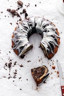 Gedeelte van heerlijke cake met chocolade