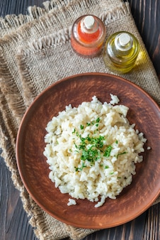 Gedeelte van risotto op de houten tafel