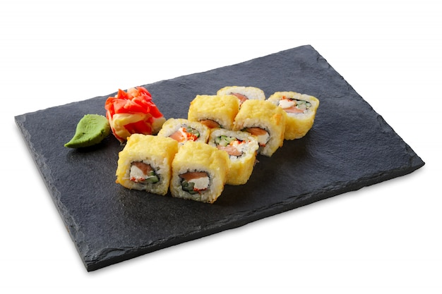 Gedeelte van tempuramaki die op wit wordt geïsoleerd