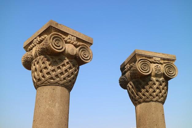 Gedeeltelijk gereconstrueerde verbazingwekkende kolommen van de kathedraalruïnes van zvartnots