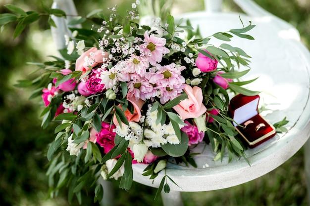 Gedeeltelijke mening van het boeket van de bloemistholding van verse bloemen op houten oppervlakte