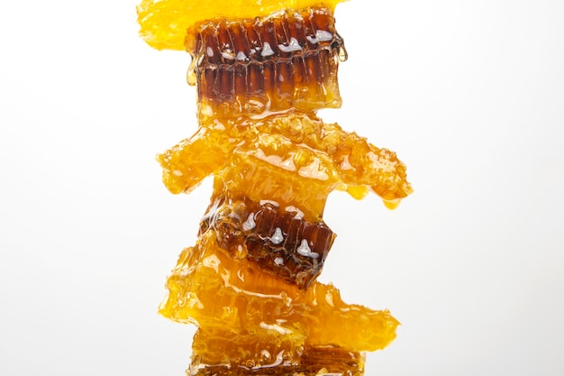 Gedeelten van verse honingraat op een witte achtergrond. vitamine natuurlijk voedsel. bijenwerkproduct