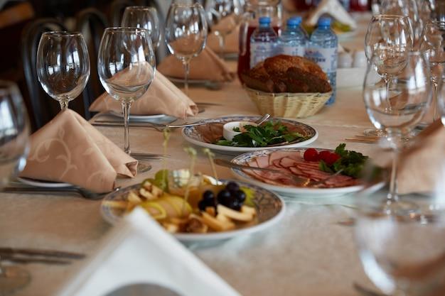 Gedekte tafel in het restaurant
