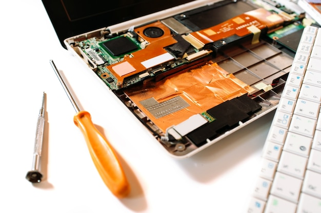 Gedemonteerd kapotte laptop. reparatie service.