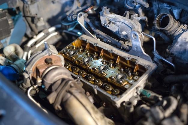Gedemonteerd motorvoertuig voor reparatie.