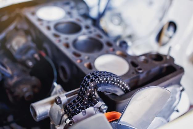 Gedemonteerd motorvoertuig voor reparatie