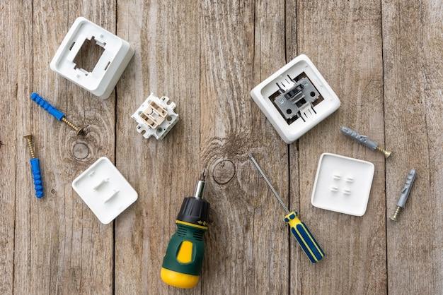 Gedemonteerd stopcontact en schakel de tafel samen met een schroevendraaier en pluggen in.