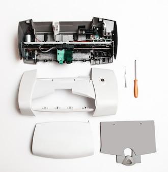 Gedemonteerde printer op wit