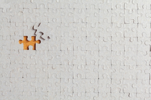 Gedemonteerde puzzel met een laatste verkeerd stuk onmogelijk te vullen