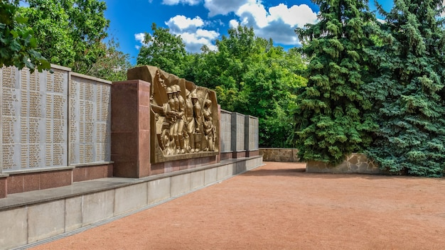 Gedenkteken van de grote patriottische oorlog op de heilige bergen in svyatogorsk of sviatohirsk, oekraïne, op een zomerdag