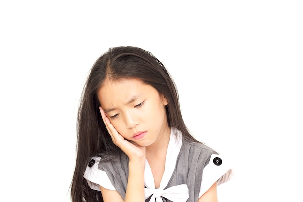 Gedeprimeerd aziatisch meisje dat over witte achtergrond wordt geïsoleerd