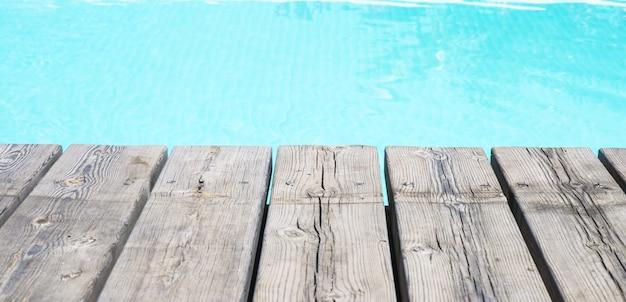 Gedetailleerde weergave van een houten vloer en zwembad