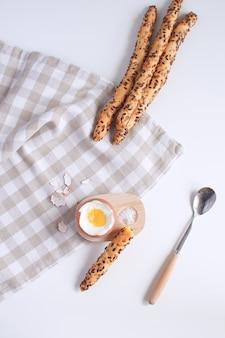Gediend ontbijt gekookt ei in houten eierdopje