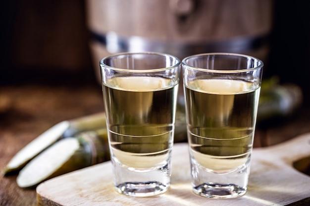 Gedistilleerde braziliaanse drank bekend als cachaca