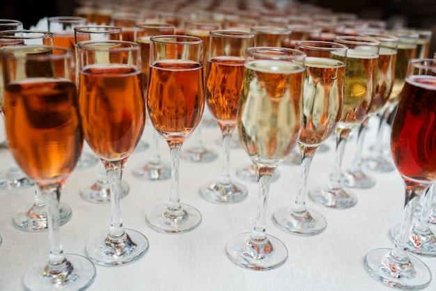 Gedistilleerde dranken en cocktails op de tafel.