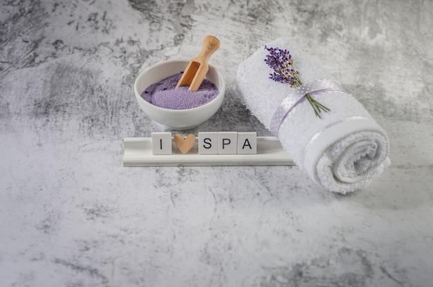 Gedraaide badhanddoek met lavendel en houten letters spelling