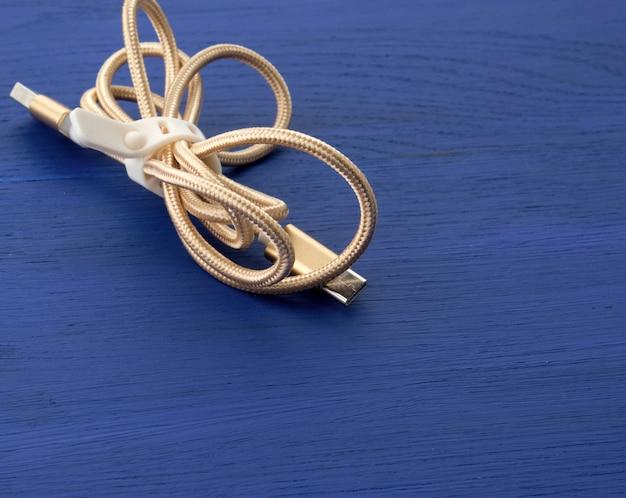 Gedraaide gouden kabel voor opladen met elektriciteitsapparatuur in textielwikkeling