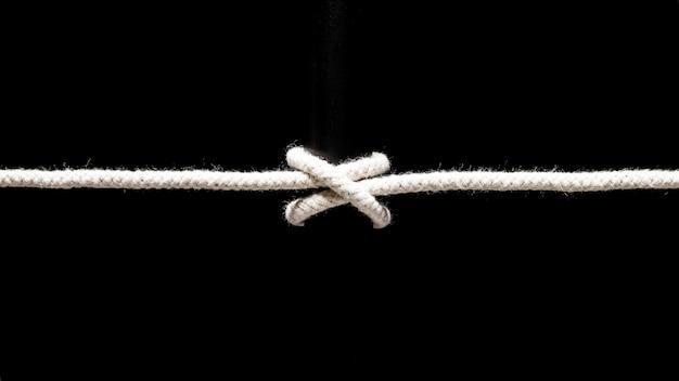 Gedraaide katoenen touw op zwarte achtergrond