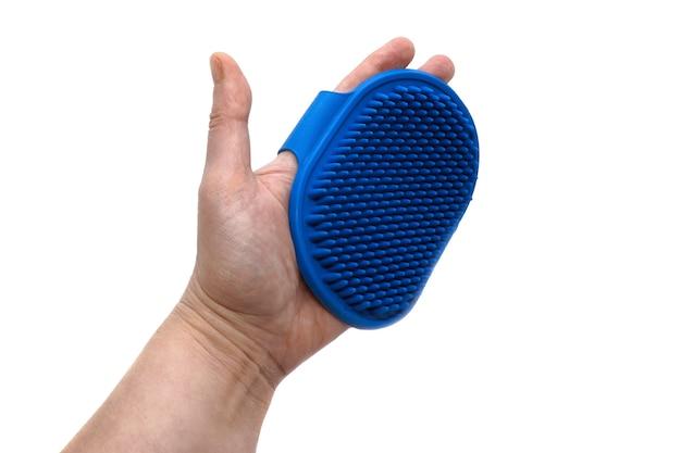 Gedragen op de hand zachte blauwe rubberen massageborstel voor dieren. accessoires voor dierenverzorging. handmassageborstel om overtollig haar van honden en katten te verwijderen tijdens het ruien.