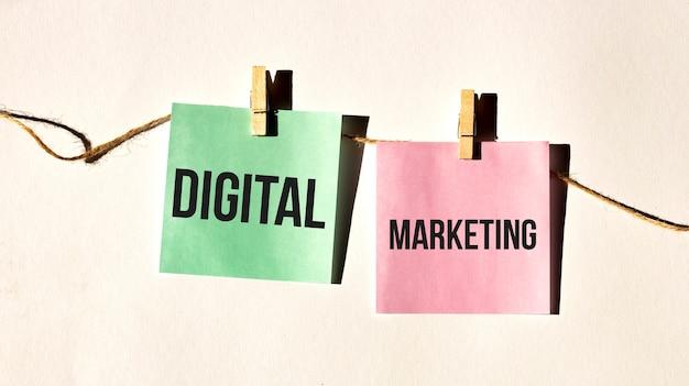 Gedragscode tekstwoorden digital marketing op gele stickernota op witte muur of tafel.