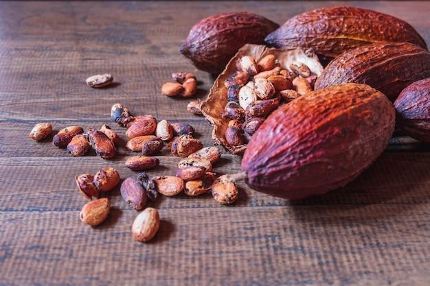 Gedroogd cacaofruit en gedroogde cacaobonen op oude houten ondergrond