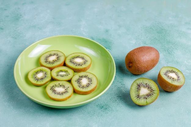 Gedroogd eigengemaakt kiwifruit met verse kiwi.