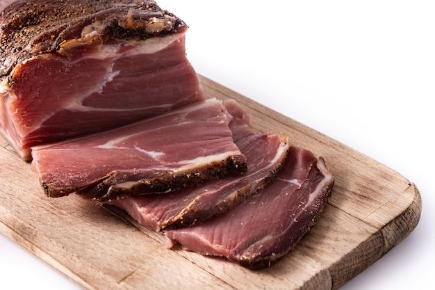 Gedroogd en gerookt vlees dat op wit wordt geïsoleerd