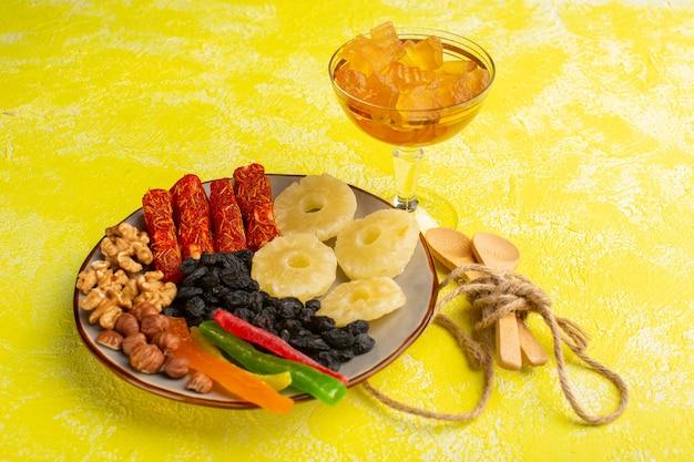 Gedroogd fruit ananas ringen walnoten en nougat op geel
