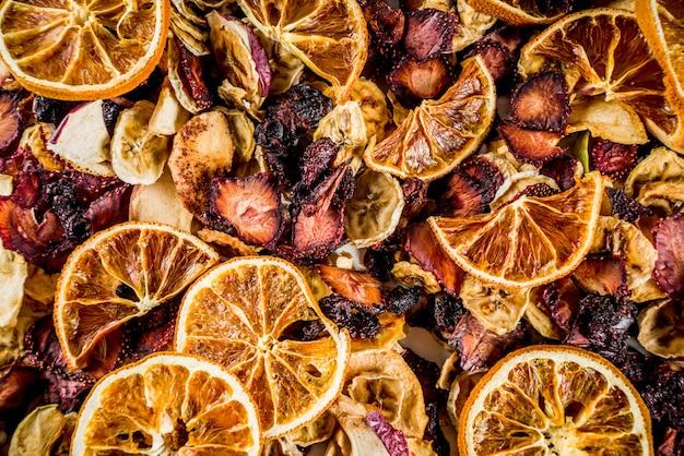 Gedroogd fruit en bessen hierboven
