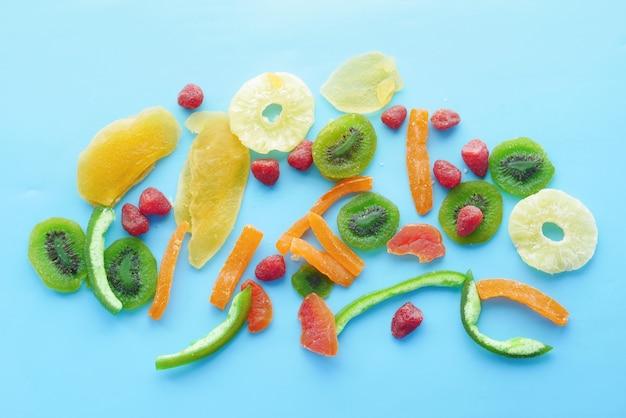 Gedroogd fruit en bessen op blauwe achtergrond