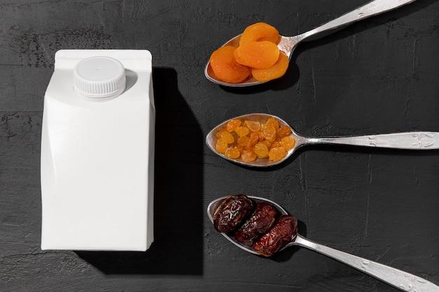 Gedroogd fruit en karton melk arrangement bovenaanzicht