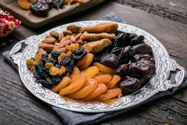 Gedroogd fruit en noten mengen in een houten kom