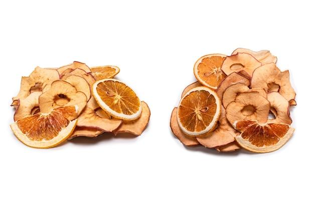 Gedroogd fruit geïsoleerd op wit. gedroogde grapefruit, gedroogde appel, gedroogde perenschijfjes.