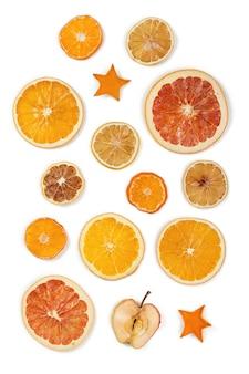 Gedroogd fruit geïsoleerd op witte achtergrond