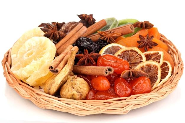 Gedroogd fruit met kaneel en anijs sterren geïsoleerd op wit