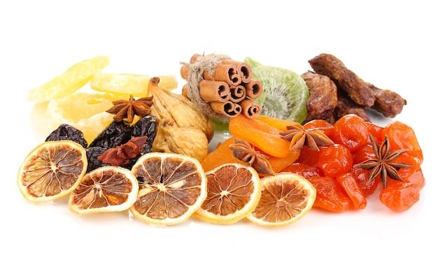 Gedroogd fruit met kaneel en anijsplantsterren op wit