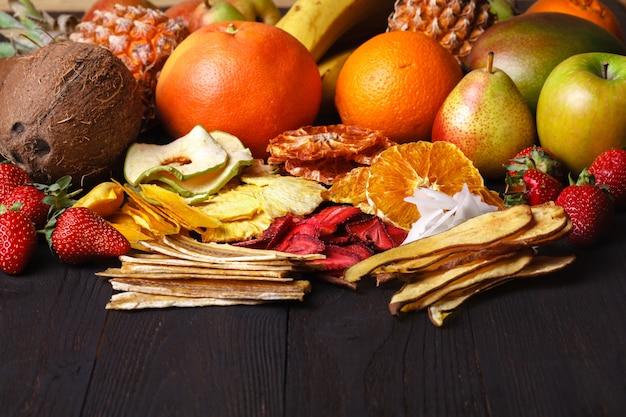 Gedroogd fruit met sappige plakjes citrus.
