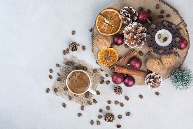 Gedroogd fruit met walnoten en kopje koffie op witte achtergrond. hoge kwaliteit foto