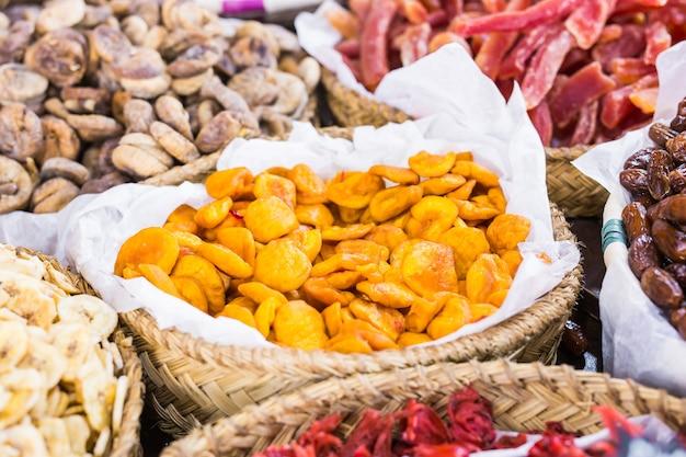 Gedroogd fruit van verschillende soorten, van rozijnen tot abrikozen
