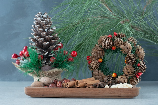 Gedroogd gezond fruit met kerstkrans van dennenappels. hoge kwaliteit foto