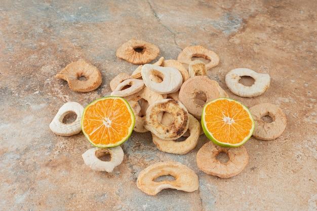 Gedroogd gezond fruit met plakjes mandarijn