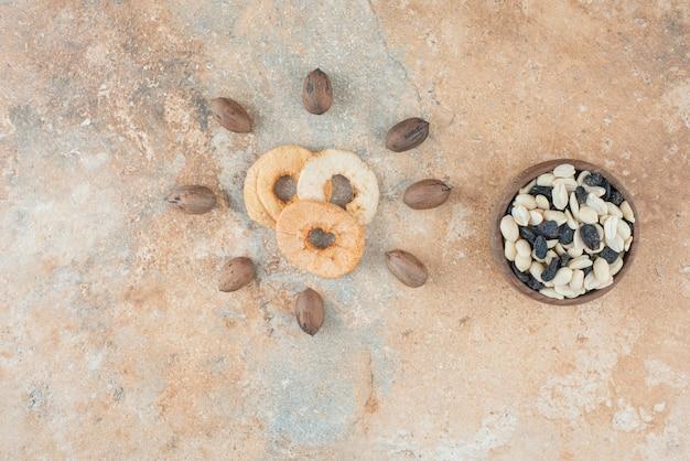 Gedroogd gezond fruit met rozijnen en noten op marmeren achtergrond