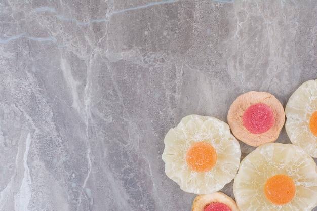 Gedroogd gezond fruit met zoete marmelade op marmeren achtergrond.